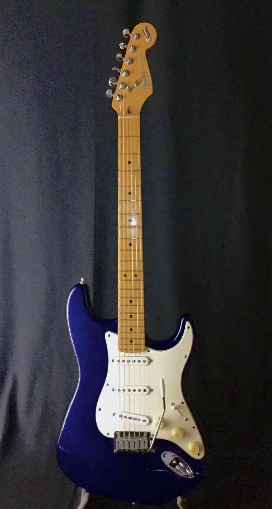Fender 40th Anniuversary Strat 1994 Midnight Blue. Click to enlarge